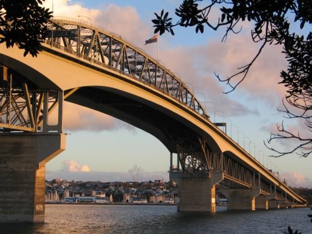 Auckland Harbour Bridge Wit. Girlswanderlust.com #girlswanderlust #auckland #nz #newzealand #travel